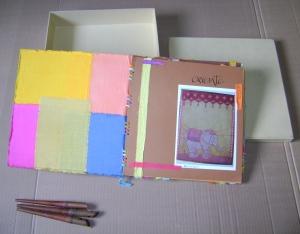 Álbumes para fotos, proyectos, portafolio de productos. Diseños hechos a mano en tela de algodón en la técnica de batik de portada y contraportada, páginas diseñadas y ambientadas de acuerdo al tema, amarres en cintas de batik.